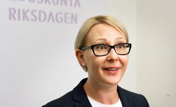 Puhemies Maria Lohela (ps) kommentoi perussuomalaisten Teuvo Hakkaraisen saamaa huomautusta.