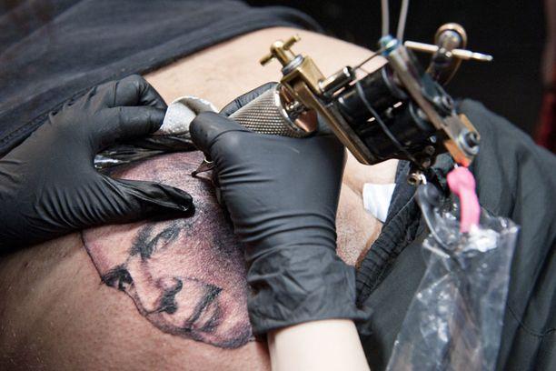 Jarno Hakkarainen tatuoi presidenttiehdokas Pekka Haaviston naaman pakaraansa.