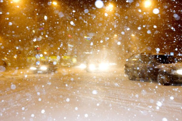 Talvella lumipyryn yhteydessä voi iskeä salama ja ukkostaa, ja kyseessä on täysin sama ilmiö kuin kesälläkin, mutta harvinaisempi. Kuvituskuva lumipyrystä.