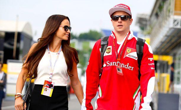 Minttu ja Kimi Räikkönen lomailevat nyt Suomessa.