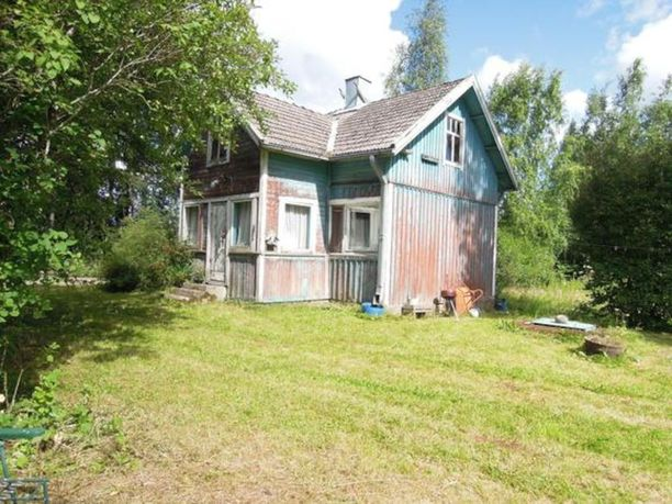 Lähes 100-vuotias mummonmökki kaipaa uutta omistajaa ja maalia pintaan Kankaanpäässä. Hintapyyntö 40 neliön tupakeittiöstä, yhdestä makuuhuoneesta sekä pesutiloista koostuvasta kesänviettopaikasta on 15 000 euroa.