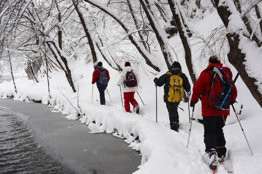 Talvella Plitvicessä voi liikkua hiihtäen.
