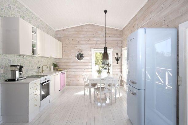 Maalaisromanttisissa sisustuksissa käytetään usein kuviollisia tapetteja. Modernia ja vanhaa voi vapaasti yhdistellä keskenään, kuten tämä keittiö todistaa.