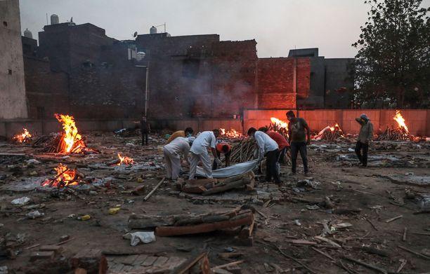 Koronauhrien suuren määrän vuoksi uhreja poltetaan kaduilla Intiassa.