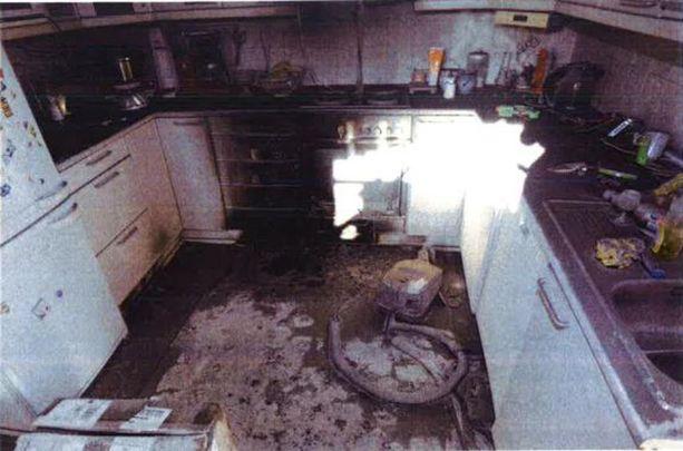 Palo ei syttynyt vahingossa. Poliisin tutkijat löysivät keittiön lattialta jäämiä moottoribensiinistä.