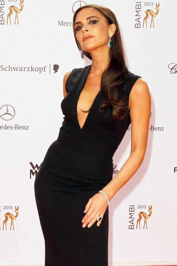 Victoria Beckham poistatti silikonirinnat vuonna 2011. Tässä hän Bambi Awards -gaalassa vuonna 2013.