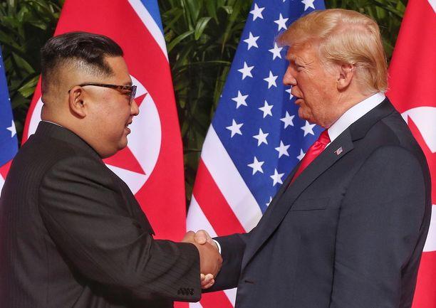Kim Jong-un ja Donald Trump kättelivät Singaporessa tiistaina.