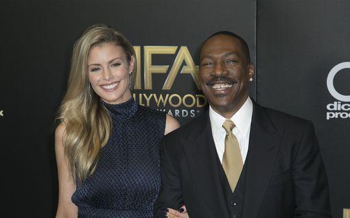 Kymmenennen lapsen saava Eddie Murphy, 54, kihloihin 39-vuotiaan näyttelijä-rakkaansa kanssa - kädessä valtava timanttisormus