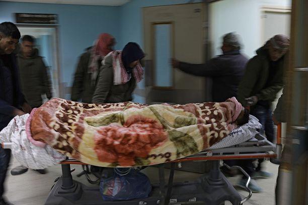 Nuorta palestiinalaismiestä kuljetetaan sairaalaan Gazan kaistaleella sen jälkeen, kun Israelin ilmavoimat iskivät alueelle.