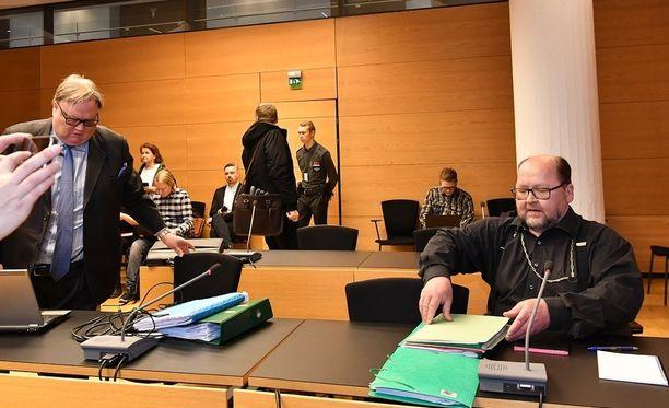 Mitro Repo (oik.) ja asianajaja Matti Penttinen (vas.) pyrkivät osoittamaan vuonna 2016 tapahtuneen irtisanomisen työsopimuslain vastaiseksi.
