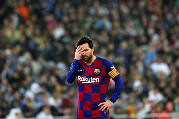 Raivostunut Lionel Messi epäröi jatkoaan Barcelonassa.