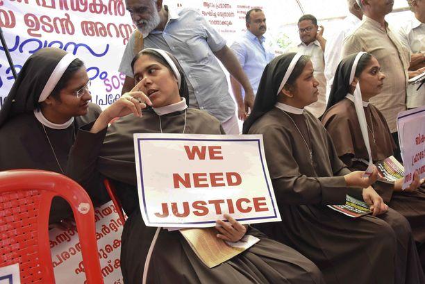 Katoliset nunnat järjestivät syksyllä protesteja ja vaativat raiskauksesta epäillyn piispan pidättämistä.