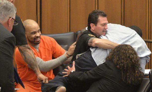 Murhaaja Michael Madison naureskeli, kun hänen tappamansa tytön isä yritti käydä oikeudessa hänen kimppuunsa.
