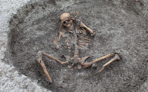 Tulevan vesijohdon alta löytyi 26 luurankoa, jota oli haudattu erikoisella tavalla.