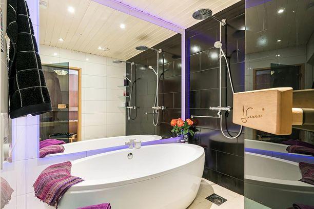 Kylpyhuoneen tunnelmaa kuvaillaan kylpylämäiseksi.
