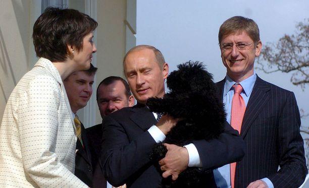 Putin nosti koiranpennun syliinsä vuonna 2006 Budapestissa, Unkarin silloisen pääministeri Ferenc Gyurcsanyn (oik) ja hänen vaimonsa Klara Dobrevin (vas) kotona.