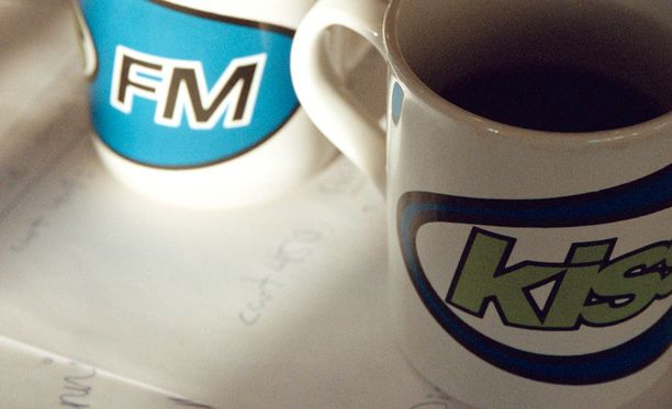 Vanhan Kiss FM:n logoja oli painettu muun muassa kahvikuppeihin. Kuvituskuva.