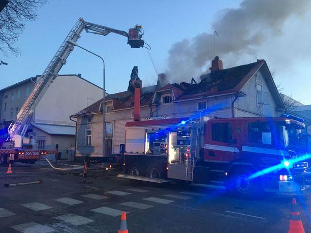 Tulipalo riehui lauantaina iltapäivällä Porissa Vapaudenkadun ja Itsenäisyydenkadun kulmassa sijaitsevassa talossa.