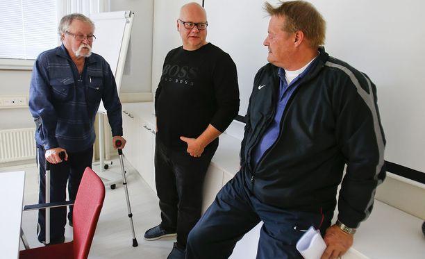 Jorma Kinnunen (vas.) liikkui keppien kanssa syksyllä 2015, kun keihäsväki kokoontui ratkomaan erimielisyyksiään Jyväskylään. Kuvassa myös Ahti Paananen ja Seppo Räty.