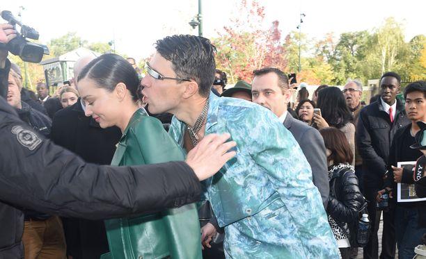 Vitalii Sediuk yrittää suudella Miranda Kerriä.