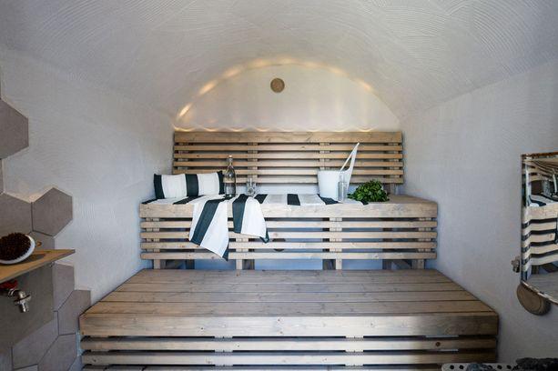 Saunan sisätilassa on leikitty laatoilla ja valaistuksella. Pihasaunoissakin suositaan kuitu- ja ledvaloja.