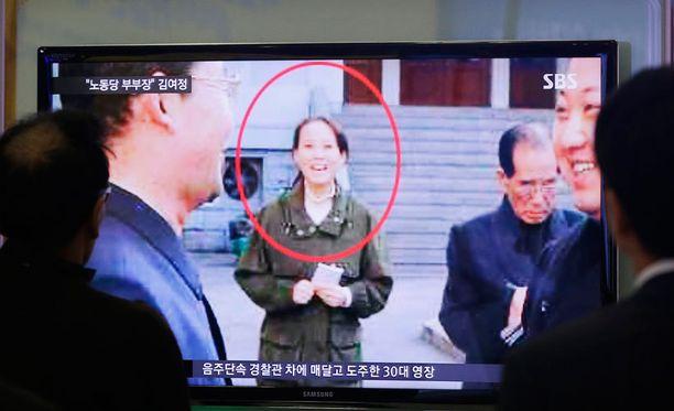 Eteläkorealaiset seurasivat uutislähetystä, jossa kerrottiin Kim Jong-unin sisaren uudesta nimityksestä.