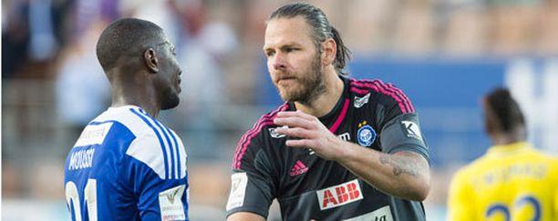 HJK:n ykkösmaalivahti Daniel Örlund potee polveaan.