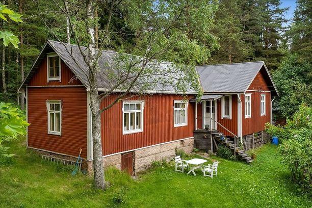 Tämä punainen saaristolaistalo sijaitsee Porvoossa Pellingin saaressa. Talon historia ulottuu 1900-luvun alkuun mutta sitä on myöhemmin remontoitu ja laajennettu.