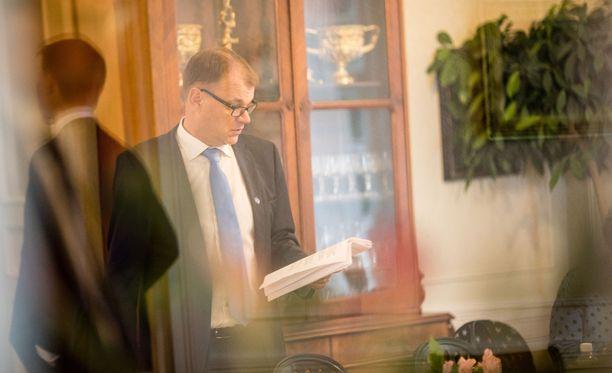 Pääministeri Juha Sipilä selaili asiapapereita valtioneuvoston budjettineuvotteluissa keskiviikkona. Torstaina hän lyö nuijan pöytään ja nostaa poliittisen tukimiehensä ja pitkäaikaisen ystävänsä Hannu Takkulan huippuvirkaan.