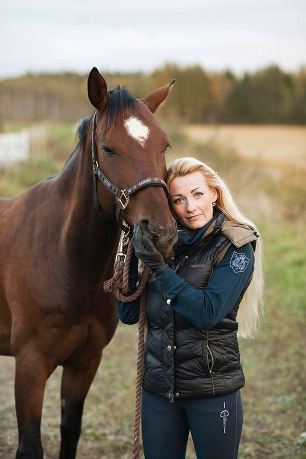 Entinen salarakas Marika Fingerroos on viime vuosina keskittynyt hevosten hoitamiseen.