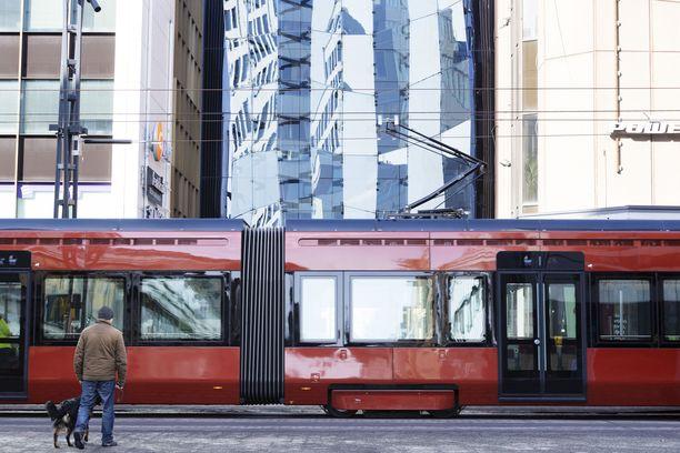 Raitiovaunu alkoi liikennöidä Tampereella elokuussa. Alkutaipaleelle on jo mahtunut muutamia kolareita.