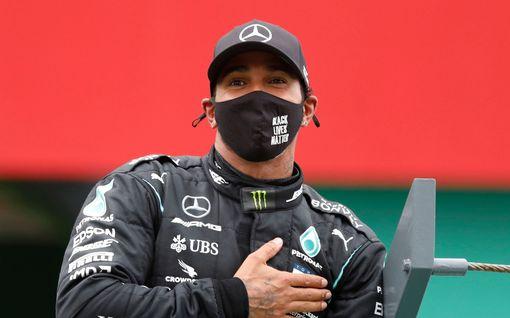 """Entinen F1-kuljettaja vaatii Lewis Hamiltonin lyömistä ritariksi – ihmettelee odottelua: """"Onko hän tehnyt jotakin?"""""""