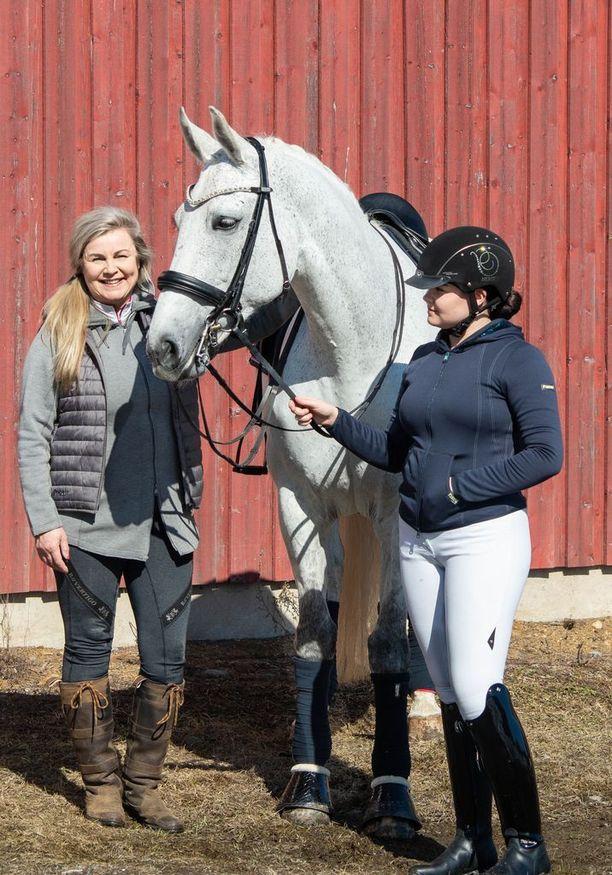 Itsekin taitava ratsastaja Riika Rasilainen on ylpeä Karla-tyttärestään, joka on valittu Suomen kouluratsastuksen maajoukkueeseen. Riika halusi takaisin säännöllisen työelämään ja aloitti myyjänä uudessa kauppakeskus Ratinassa Tampereella.