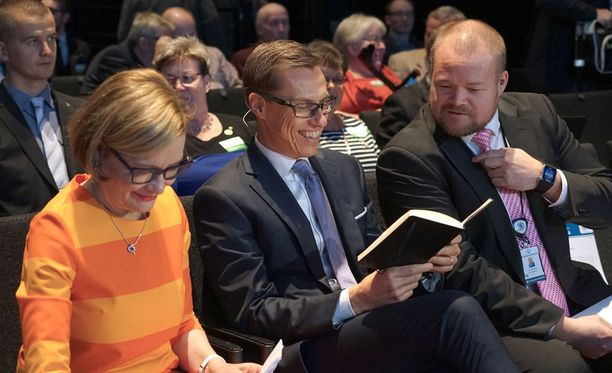 Paula Risikko, Alexander Stubb ja Janne Pesonen kokoomuksen puheenjohtajapäivillä maaliskuussa 2016. Arkistokuva.