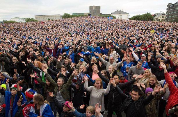 Tuhannet ihmiset pääsivät tuulettamaan villisti Islannin Englanti-voittoa Reykjavikissa. Toistuuko näky sunnuntaina?