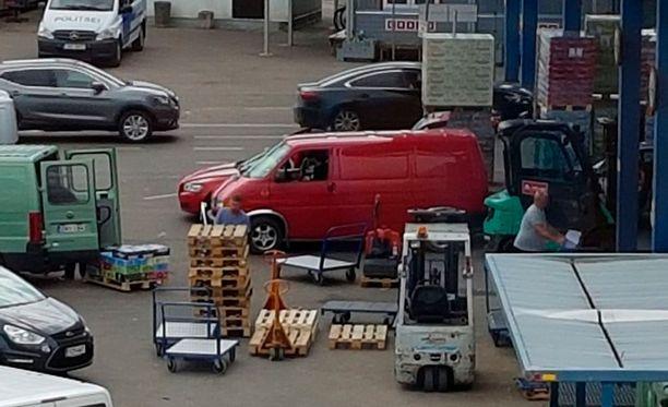 Alkoholia lastataan suomalaisiin pakettiautoihin Tallinnan matkustajasatamassa kesällä 2017.