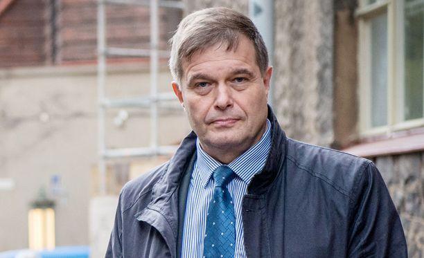 Lakivaliokunnan puheenjohtaja Kari Tolvanen (kok) kaipaisi tehokkaampia keinoja vaarallisten rikollisten valvomiseksi.