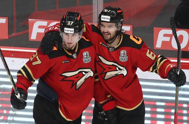 Oliwer Kaski (oikealla) oli Avangard Omskin avainpelaajia, kun joukkue eteni KHL:n mestariksi.