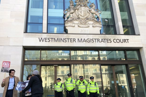Assange esiintyi jo torstaina oikeudessa Lontoossa. Päätös mahdollisesta luovuttamisesta Yhdysvaltoihin voi kestää pitkään.