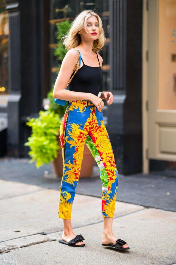 Elsa Hosk kuvattiin New Yorkissa Versacen vintagehousut jalassaan. Huippumallin laukku on Balenciaga ja sandaalit Pradan mallistosta. Tiesitkö? Ruotsalaisella Victoria's Secret -enkelillä on suomalainen äiti nimeltä Marja.