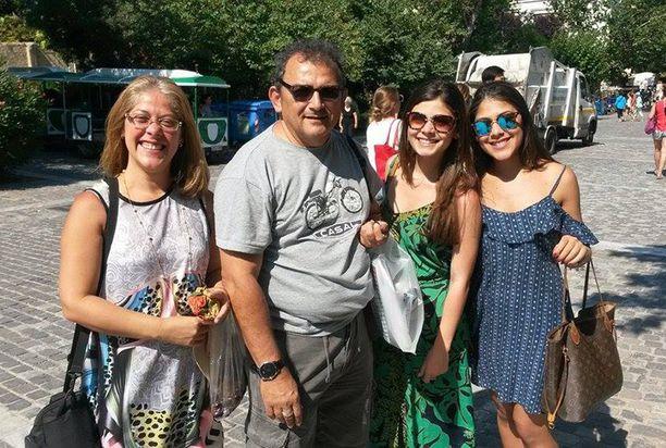 Brasilialaiset Paula ja Ernane Malato sekä tyttäret Alice ja Aimée nauttivat kulttuurista Ateenassa tiistaina.