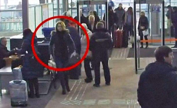 Šeremetjevon lentokentällä Moskovassa kuvatussa videossa Julia Skripal on lähdössä Lontooseen.