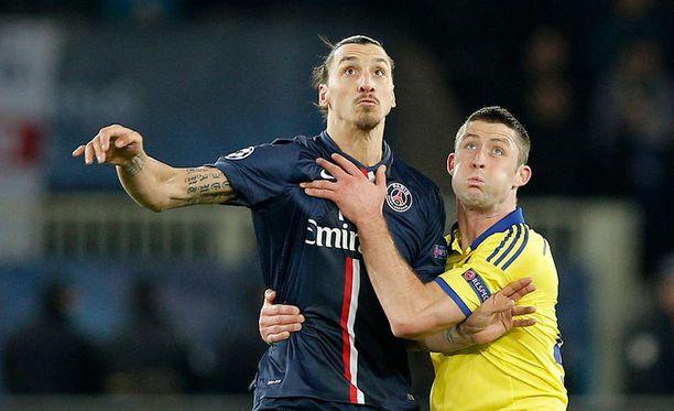 Zlatan Ibrahimovic taisteli eilen pääpallosta Gary Cahillin kanssa.