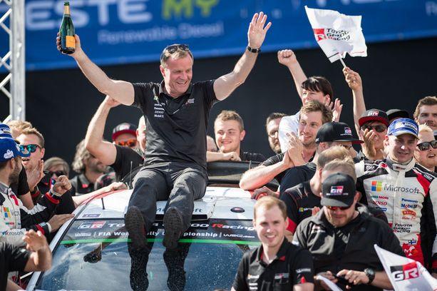 Toyotan tallipäällikkö Tommi Mäkinen juhlisti Esapekka Lapin voittoa palkintopallilla.
