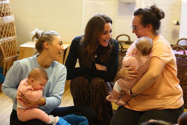 Herttuatar Catherine tapasi lapsia ja näiden äitejä.