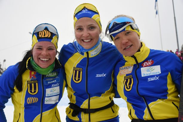 Krista Pärmäkoski (vas.), Maaret Pajunoja ja Sini Alusniemi juhlivat Ylitornion Suomen cupin viestivoittoa.