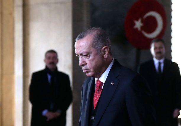 Turkin presidentti Recep Tayyip Erdogan yrittää keskustella Pariisissa Donald Trumpin kanssa.