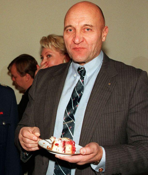 """RKP:n kansanedustaja Kaj """"Claude Kopteri"""" Bremer sai eduskunnan puhemiesneuvostolta huomautuksen kesällä 1997 saavuttuaan täysistuntoon pikkutakissa, kauluspaidassa ja shorteissa."""