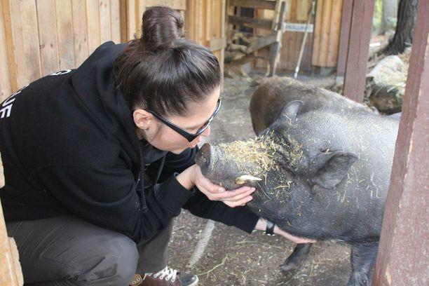 Marjo Saarimaa ja Pate-possu on hyviä ystävyksiä.