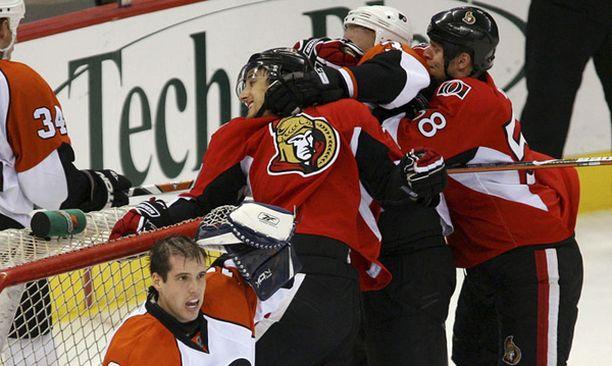 Flyers-pakki kiipelissä. Ottawa-duo Nick Foligno ja Cody Bass (oik.) murjovat Lasse Kukkosta.